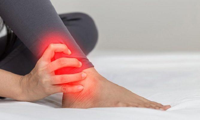 Cổ chân bị đau nhức là bệnh gì? BS giải đáp