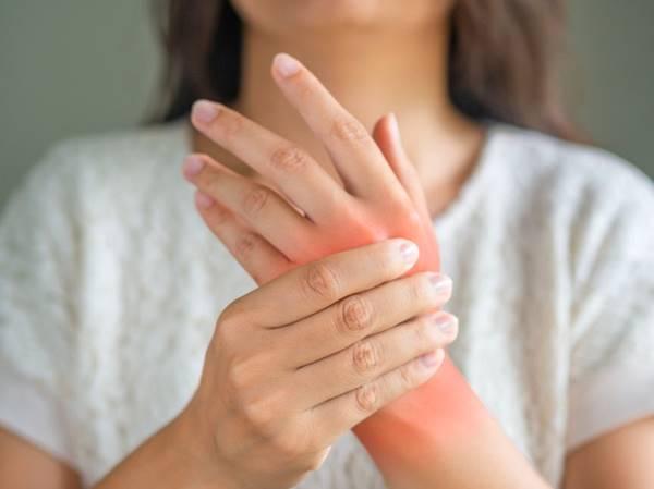 Tổng hợp nguyên nhân đau khớp cổ tay sau sinh ở phụ nữ